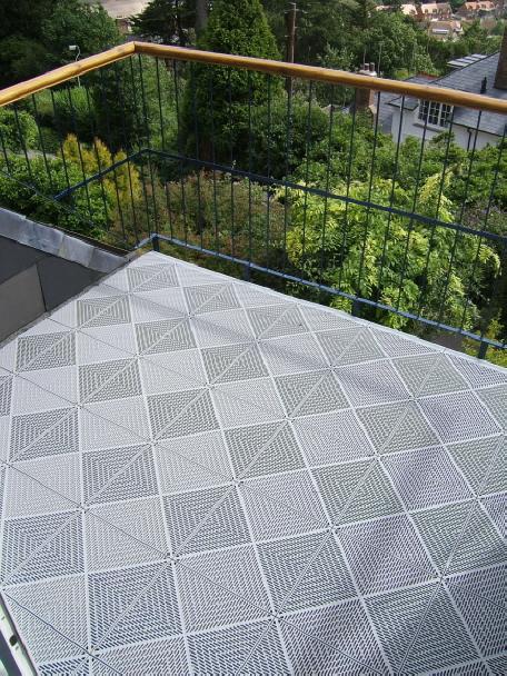 Balkon Mit Boden Belagen Aus Wetterfesten Kunststoff Fliesen Klick System
