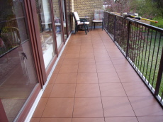 Hervorragend Balkon mit Boden-Belägen aus wetterfesten Kunststoff-Fliesen UG45