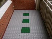 Bodenbeläge für balkon  Der Balkon mit Bodenbelag aus wetterfesten Kunststoff